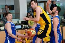 Jihlavští basketbalisté (ve žlutém) na své palubovce ukázali, že se Olomouce, za níž hraje i jejich bývalý spoluhráč Martin Novák, nebojí. Série je vyrovnaná.