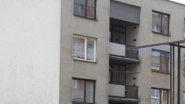 Z bílého okna, druhého nejvyššího v domě, vypadl malý chlapec.