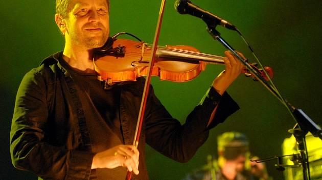 Karel Holas dokáže při koncertech vyloudit ze svých houslí téměř kouzelné melodie, které si okamžitě podmaní každého posluchače.