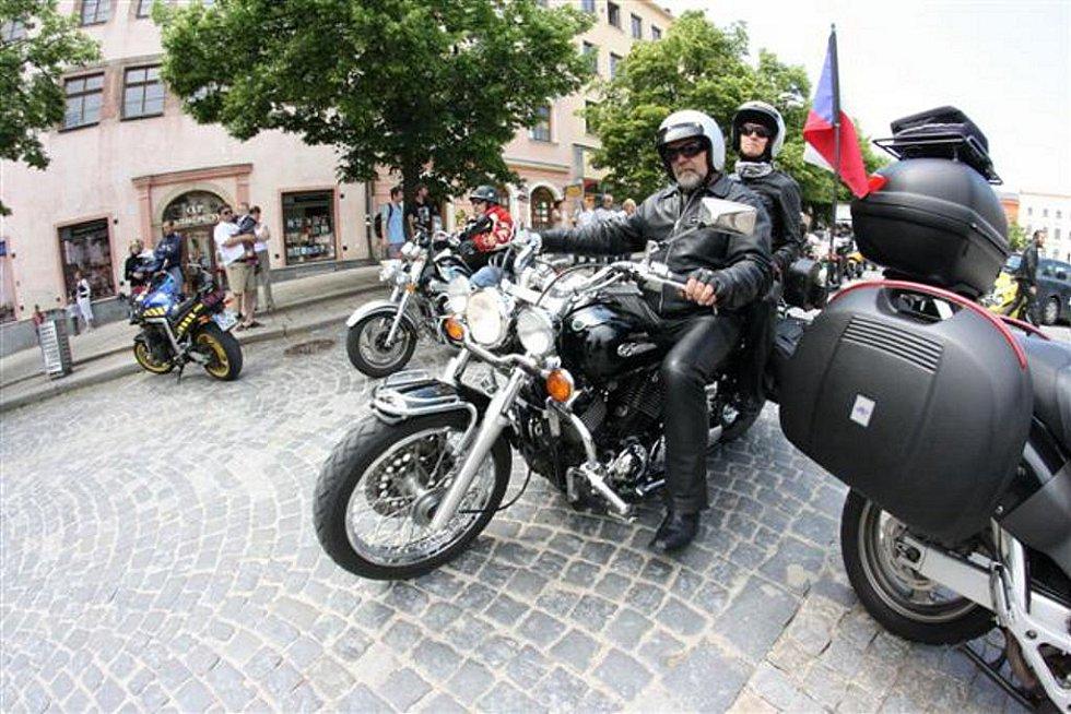 Na jihlavském Masarykově náměstí se účastníci motoslavností představili v plné parádě, v kempu se pak bavili i odpočívali