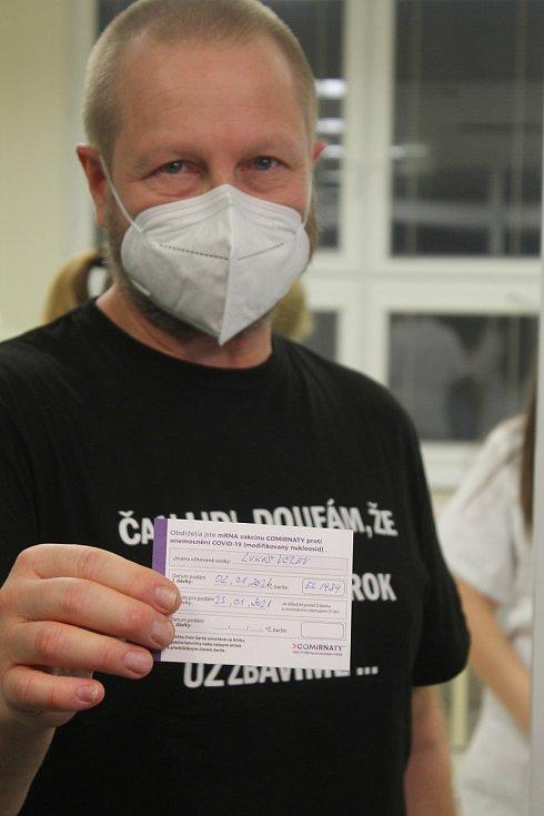V sobotu druhého ledna 2021 začalo na Vysočině očkování proti koronaviru, první injekce byly pro zaměstnance nemocnice. Kartičku pro prvního pacienta má ředitel  Nemocnice Jihlava Lukáš Velev.