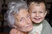 Propuštěná zdravotní sestra Zdena Mládková z Třebíče je přesvědčena, že výpověď dostala neoprávněně a chce se bránit soudně. Sílu do dalšího boje jí dodává její vnuk.