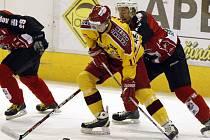 Vstup do vyřazovacích bojů se jihlavským hokejistům (ve světlém útočník Libor Bezděk) povedl. V pondělí na Horáckém zimním stadionu porazili Havířov 3:1. Už dnes je na programu druhý zápas předkola play off.