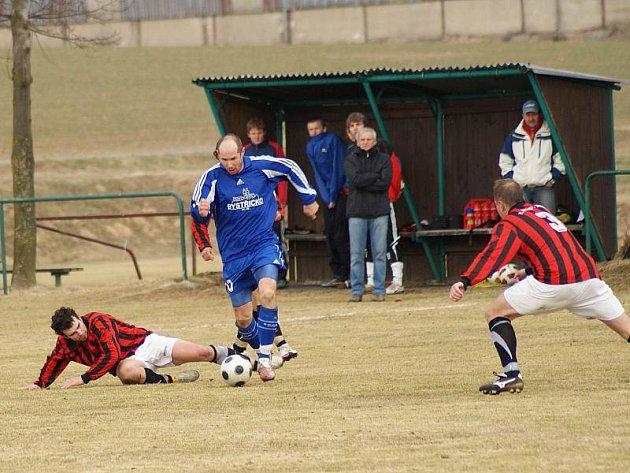 Bystřice hrála v posledním utkání v Třebíči bez tří zkušených hráčů základní sestavy. Martin Horák (u míče) se na hřiště po nemoci dostal až ve druhém poločase.