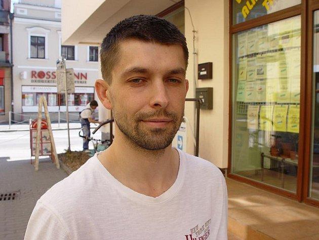 David Šimek. Mladý muž je kvůli výhružným SMS, které posílal své bývalé přítelkyni, odsouzen za stalking.