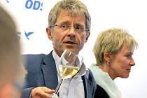 Vítězství. Oslavy vítěze druhého kola senátních voleb v senátním volebním obvodě Jihlava Miloše Vystrčila (ODS) nebudou nijak velké. Teď prý musí doma vymalovat a také opravit skříň.