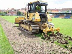 Rekonstrukce trávníku na stadionu v Jihlavě začala