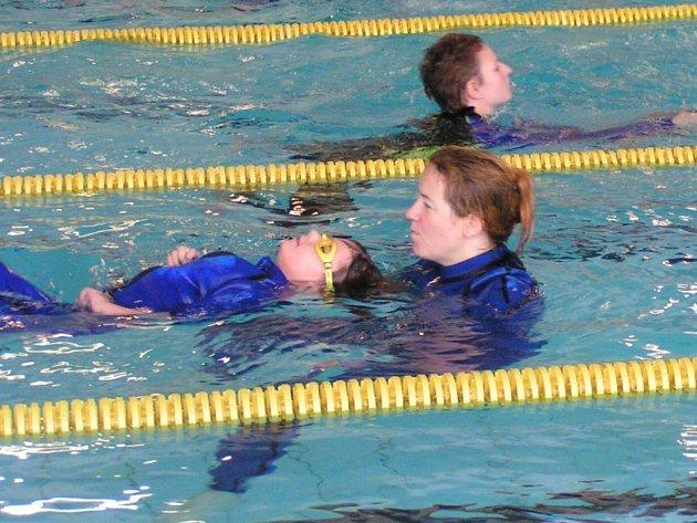 Tělesně handicapovaní plavci předvedli v jihlavském bazénu i za pomoci asistentů velmi dobré výkony.