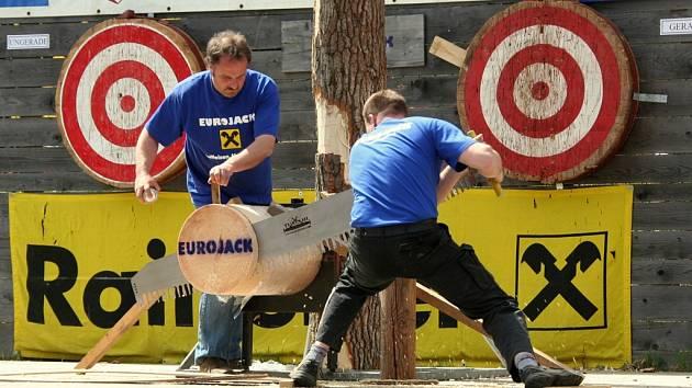 Závodníci Eurojacku používají speciálně postavené a upravené silné motorové pily Powersaw, které mají až 70 koní.