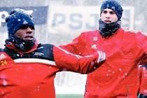Augusto Batioja (vlevo) naznačil své přednosti hned v prvním modelovém utkání za Vysočinu. Vedle něj druhá posila Vysočiny Vojtěch Kubista.