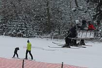 V Lukách se lyžuje. Jediná čtyřsedačková lanovka na Vysočině je od prvního letošního pátku v provozu a jezdit by měla až do 21. března.