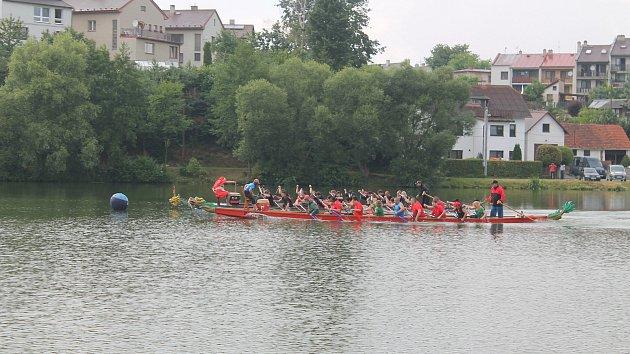 Závody dračích lodí na rybníku Peklo