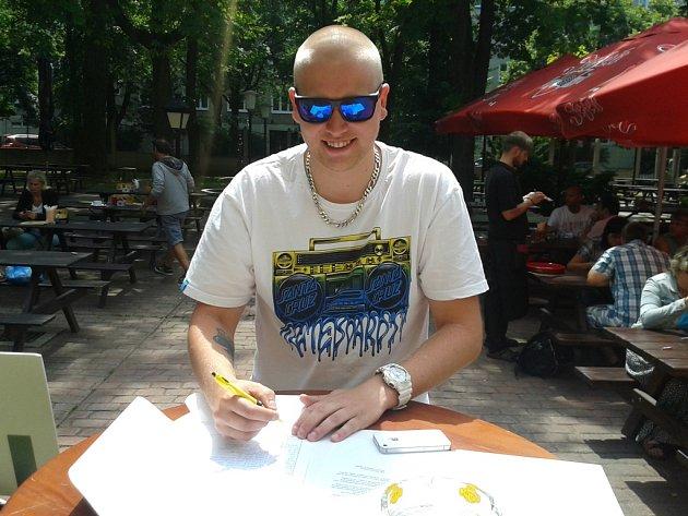 Petici s názvem Ne likvidaci pořádání kulturních akcí pod širým nebem podepsal v jihlavské Pivovarské restauraci i Jakub Rojka.