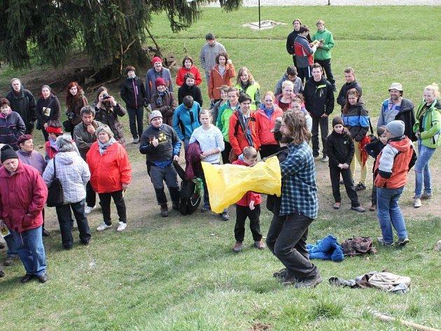 Lidé společně vyjdou na procházku, na které si připomenou, čím je vrch Čeřínek a přírodní park kolem něho vzácný, jakou má historii a jakou flóru i faunu.