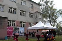Takto v současné době vypadá chátrající budova školy s přilehlou zahradou.