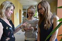 Studentka Tereza Mráčková (vpravo) se setkala s radní Kraje Vysočina pro oblast školství Janou Fialovou (vlevo).