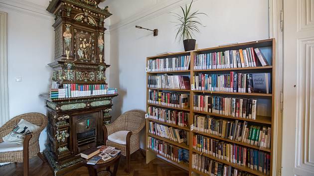Knihovna je moderní informační institucí sídlící společně s obecním úřadem v centru městyse v budově novobarokního zámku, který je právě pro tyto potřeby částečně zrekonstruován a je chráněnou kulturní památkou.