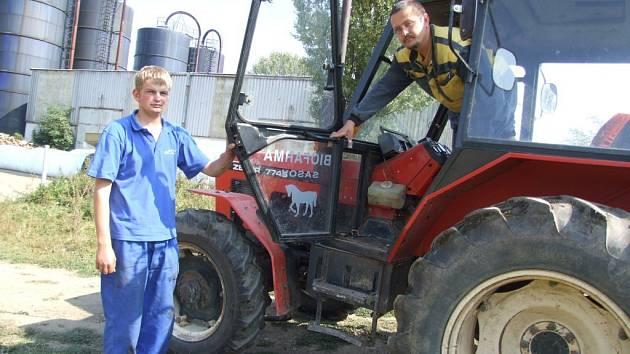 Josef Sklenář  v kabině jediného traktoru na Vysočině,  poháněného  konopným  olejem.