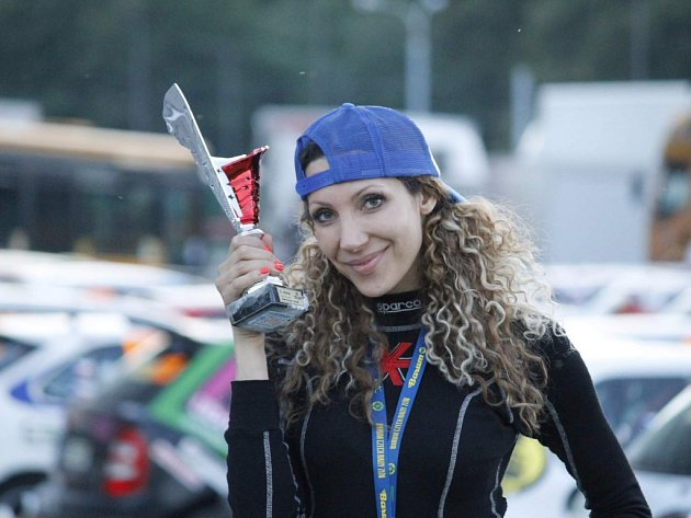 Na závodech. Zpěvačka Olga Lounová (na snímku) si o víkendu vyzkoušela jízdu závodním speciálem Praga. Kromě hudby a rallye se věnuje také thajskému boxu či poledance.