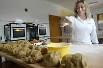 """Už několik let provozuje v Dalešicích cukrářskou výrobu Renata Vonešová. Letos pro své zákazníky ve výrobně napekla 250 kilo vánočního cukroví. Jak sama říká: """"Základem je voňavá klasika""""."""
