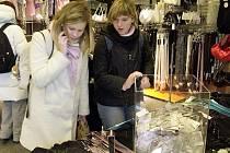 Obchodní centra proměnila nákupní zvyklosti obyvatel Vysočiny, ženy výběru dárků věnují nadále více času.