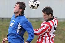 Fotbalisté Ždírce (v modrém) prohráli v přípravě s Teslou Pardubice nejtěsnějším rozdílem.