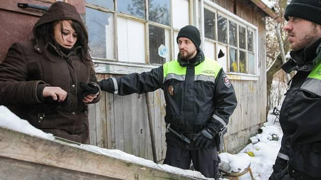 Ve službě. Jihlavští strážníci informují v zahrádkářské kolonii na Špitálském předměstí ženu bez domova, že kvůli mrazivému počasí otevřela radnice v krajském městě provizorní nocležnu pro bezdomovce.