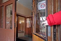 Na základní škole v Telči čekaly na reportéry Jihlavského deníku otevřené dveře. Šatny s oděvy a dalšími věcmi žáků byly hned za rohem.