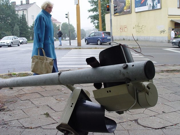 """K dopravní nehodě, kterou kromě auta """"odnesl"""" i semafor, došlo v noci na sobotu v Jihlavě na křižovatce u Zverimexu."""