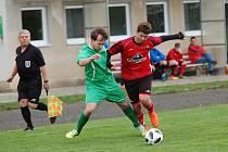 Fotbalisté Kostelce (v červeném) konečně vyhráli, ačkoliv výkon proti Mírovce kvalitu postrádal.