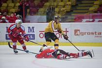Jihlavští hokejisté (ve žlutém) porazili Ústí nad Labem 5:1. Ač se to nezdá, na výhru se nadřeli.