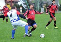 Zastříleli si. Fotbalisté Kostelce (v tmavých dresech) dokázali dát v Počátkách 15 gólů, ale v neděli odjeli s nepořízenou z Černovic.