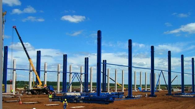 Výrobní halu o rozloze 27 tisíc metrů čtverečních budou tvořit ocelové sloupy a střešní ocelové vazníky.