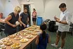 Odborná porota při hodnocení mrkvanců. Letos se přihlásilo sedmatřicet soutěžících.