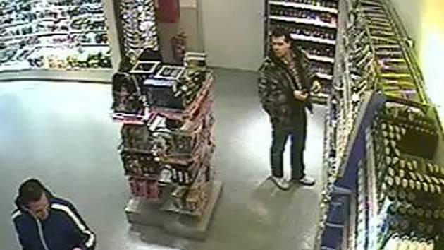 Dvojice zlodějů se snažila vystupovat nenápadně, přesto je zachytily bezpečnostní kamery prodejny. Reprofoto.
