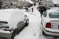 Lidé na venkově často nemohou spoléhat jen na zimní přezutí. Z Horního Smrčného na Třebíčsku, kde silnice končí, se auta bez sněhových řetězů v neděli dostávala jen velmi komplikovaně. A to i v situaci, kdy pluh silnici prohrnul.
