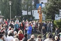 Přesně na místě, které dnes na autobusovém nádraží v Třešti patří dvouapůlmetrové postavičce Pana Tau z jasanového dřeva, se před devadesáti lety narodil na pultě lékárny herec Otto Šimánek, který populární pohádkovou postavu ztvárnil.