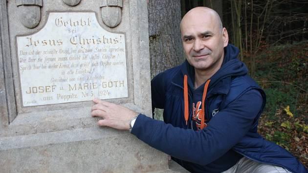 Jaroslav Večeřa ukazuje na desku, kterou měl třicet let doma