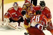 Jihlavští hokejisté (ve světlém dresu útočník Daniel Hodek) se včera v Olomouci neprosadili. Hanákům podlehli v úvodním čtvrtfinále první ligy hladce 0:3.
