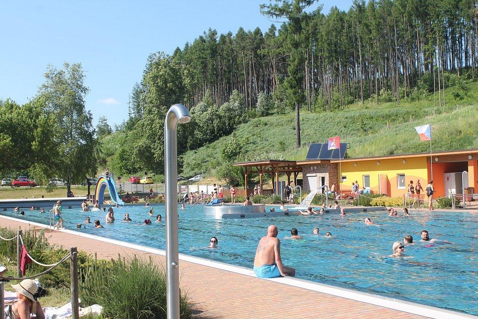 Tropické teploty lákaly lidi odpoledne po práci k vodě.