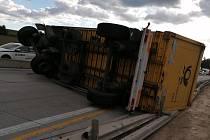 Převrácený kamion blokoval dopravu na dálnici D1 u Jihlavy.