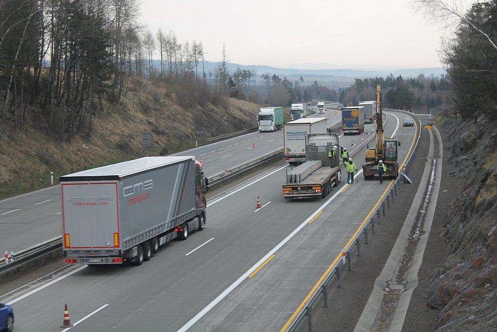 Kamiony jsou pro dělníky na dálnici největší hrozbou.