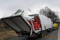 Téměř sedm hodin v pondělí blokoval havarovaný kamion silnici u Mrákotína na Jihlavsku.