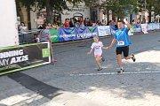 Někteří běžci dobíhali se svými dětmi.
