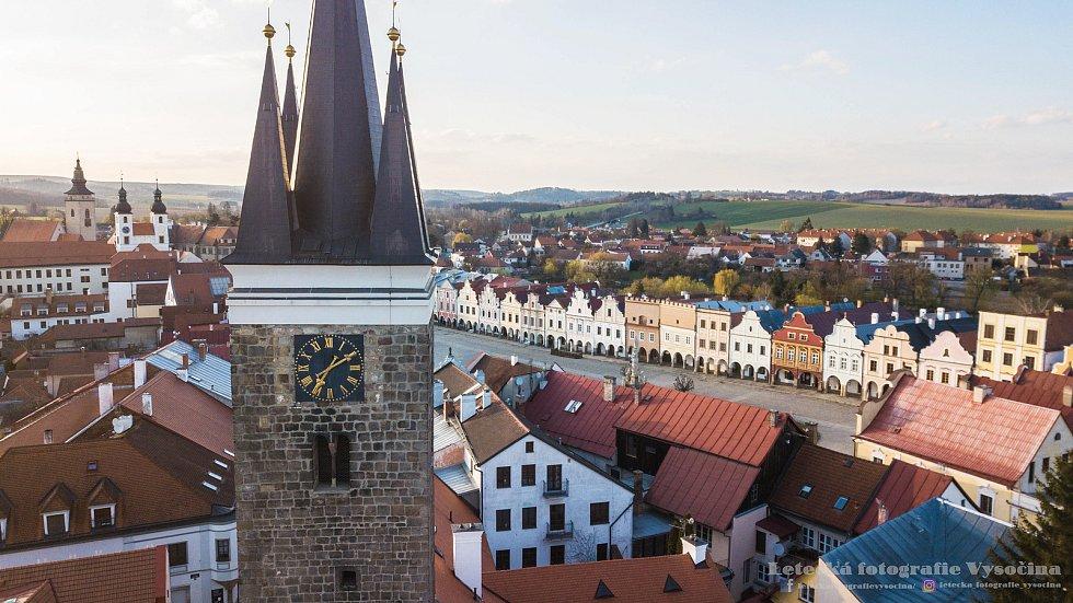 Pohled na centrum historické Telče. Věž svatého Ducha.