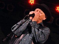 Americký hráč na foukací harmoniku Charlie McCoy byl společně se skupinou Druhá tráva součástí závěrečného koncertu letošních Prázdnin v Telči.
