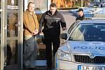 Policisté museli obviněnému cizinci na jeho žádost půjčit oblečení. To své měl promočené a špinavé. K soudu přišel v montérkách a pantoflích