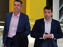 Bývalý profesionální voják David Šimek (vpravo) přišel k soudu se svým obhájcem Martinek Zobačem.