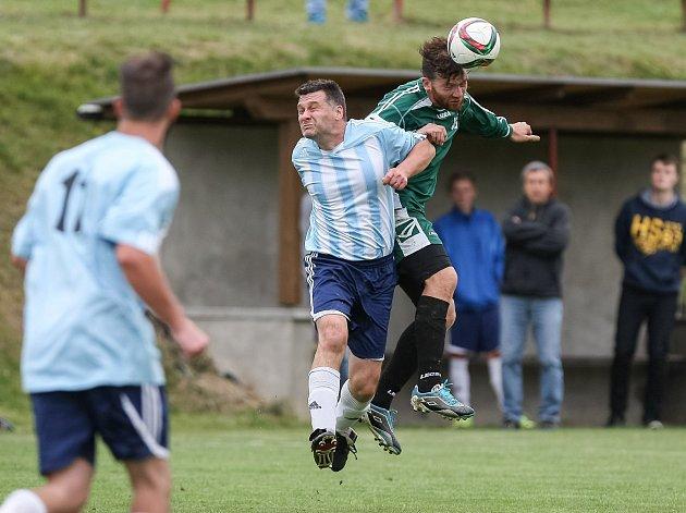 O víkendu se budou v mužských fotbalových okresních soutěžích hrát už zápasy 10. kola. Hráče Cejlí (v pruhovaném) čeká duel se Stonařovem. To Brtnice (v zeleném) se představí ve Ždírci.