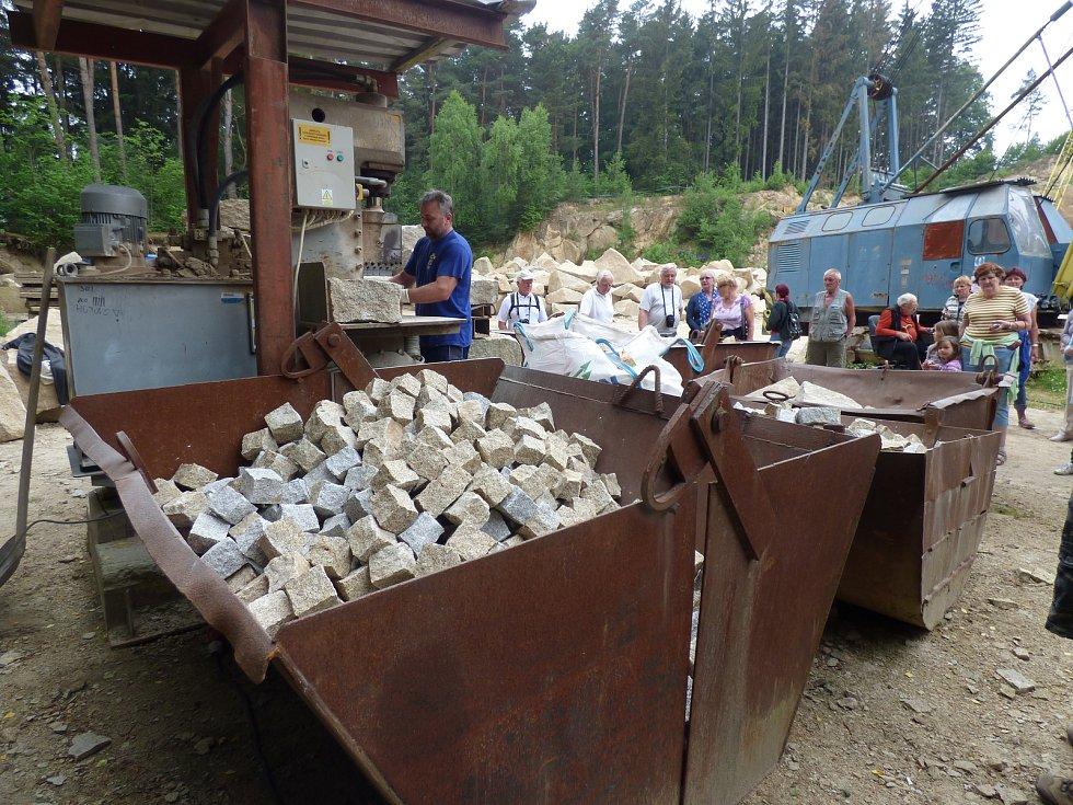 Pracovník lomu ručně vyrábí dlažební kostky z mrákotínské žuly.